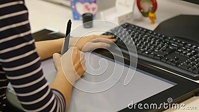 De ontwerper trekt op de tablet voor tekening, de handen dichte omhooggaand van de kunstenaar stock video