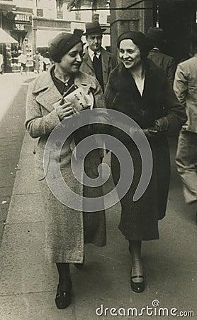 De originele antieke foto van 1945 - meisjes die in de stad lopen