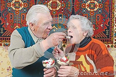 De oude man met de lepel voert oude vrouw