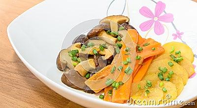 De paddestoel, de wortel en de aardappel van Fried Shiitake met botersaus