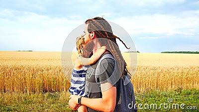 De papa vervoert dochter in zijn wapens Gang in het platteland stock videobeelden
