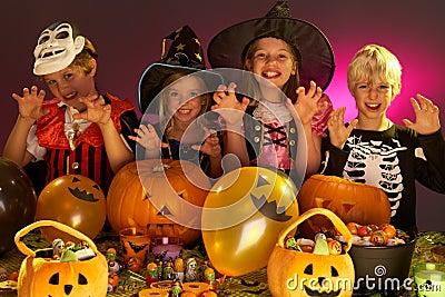 De partij van Halloween met kinderen