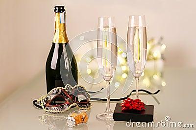De partij van nieuwjaren met fles champagne