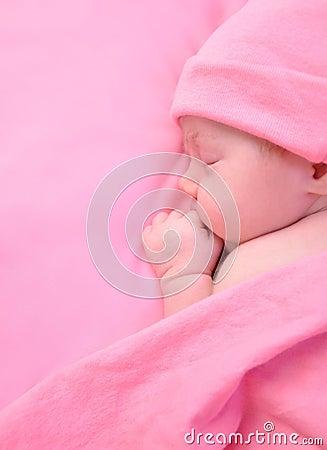 De pasgeboren Slaap van het Meisje van de Baby met Deken