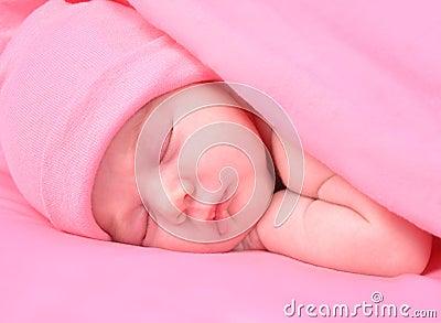 De pasgeboren Slaap van het Meisje van de Baby met Deken en Hoed