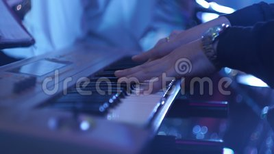 De Pianist Playing The Piano van de mensenmusicus stock video