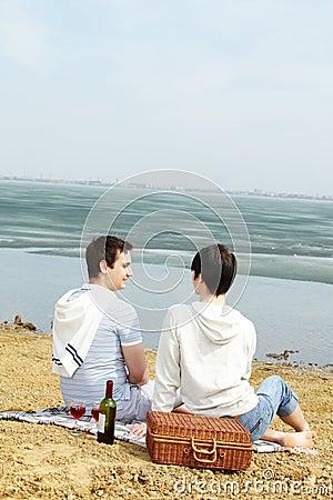De picknick van de oever van het meer