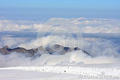 De pieken van de berg over de wolken in Jungfraujoch