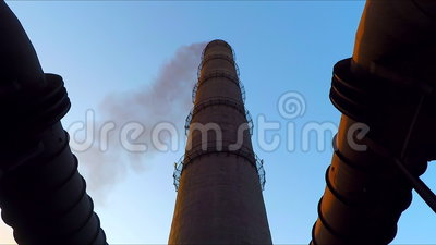 De pijp waarvan rook gaat Gasafzet met een pijp wordt verbonden die stock footage