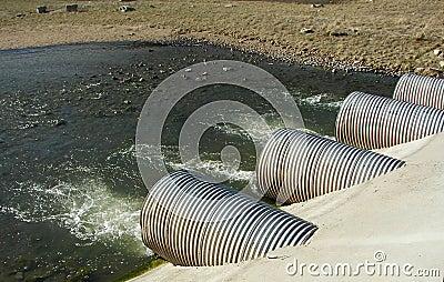 De pijpen van de drainage bij een elektrische centrale