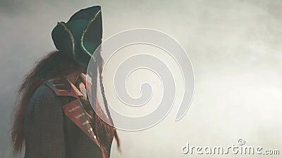 De piraat gaat naar de mist. stock videobeelden