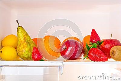 De plank van de koelkast met vruchten