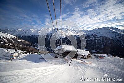 De post van de kabelbaan in alpen
