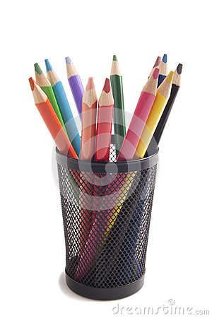 De potloden van de kleur in metaalvaas