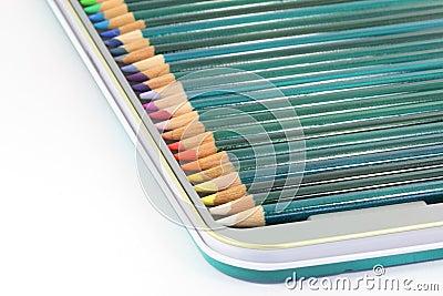 De potloden van de kleuring in tindoos