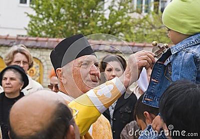 De priester en het jonge geitje Redactionele Stock Foto