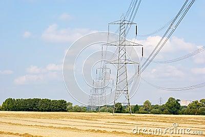 De pylonen van de elektriciteit in platteland
