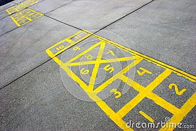 De raad van hinkelspels bij schoolplein