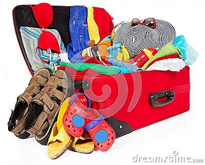 De reis rode koffer van de familie die voor vakantie wordt ingepakt