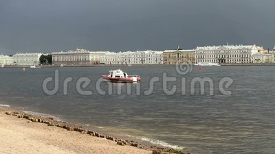De rivier Neva tijdens de ijsgang in Sint-Petersburg stock footage