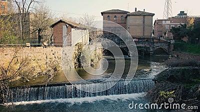 De rivier valt het waterstroom van het kanaalslot in kanaal van de stads het oriëntatiepunt geroepen Sostegno van Bologna del Bat stock videobeelden