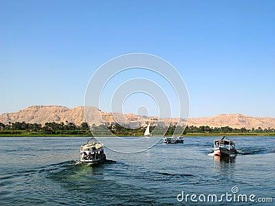 Royalty-vrije stock fotografie: de rivier van nijl met boten in egypte
