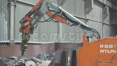 De robotwerken in fabriek stock video