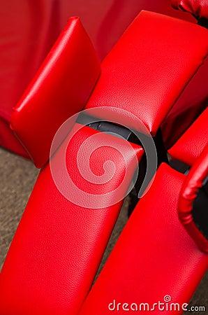 De rode apparatuur van de leergymnastiek