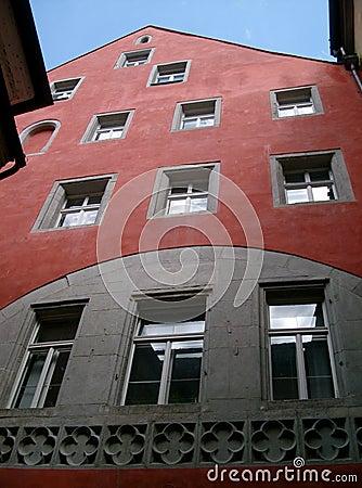 De rode bouw met vensters