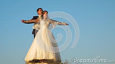 De romantische man en de vrouw hangen tegen blauwe hemel en glimlach honeymoon romaans Verband tussen de mens en vrouw stock videobeelden