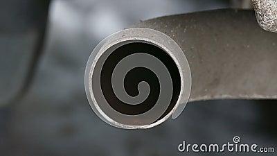 De rook gecondenseerd water van de machinepijp stock video