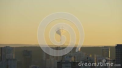 De rook van de schoorsteen bij dageraad stock footage