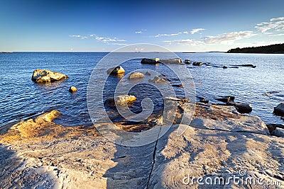 De rotsachtige kustlijn van de Oostzee