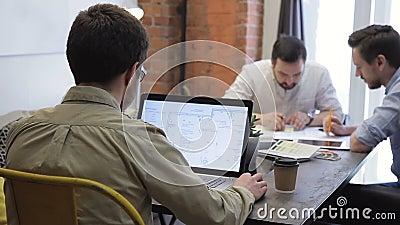 De samenwerkings het ontwerptekeningen van het werkbeelden op vergaderingslaptop, bespreken stock video