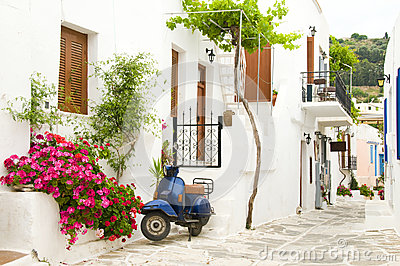 De scène van de straat in de Griekse Cycladen eilanden