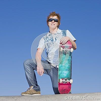De schaatser van de tiener boven op helling