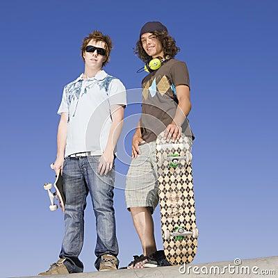 De schaatsers van de tiener boven op helling