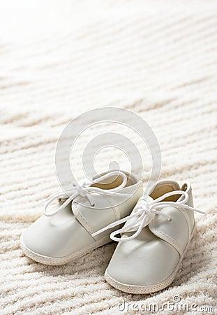 De schoenen en de deken van de baby