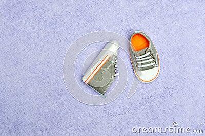 De schoenen van de baby op deken