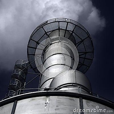 De Schoorsteen van de fabriek