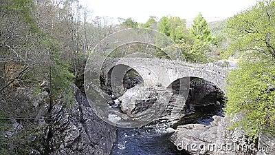 De Schotse die toeristische attractie van de Invermoristonbrug door Thomas Telford in 1813 wordt gebouwd de Rivier Moriston te kr stock videobeelden