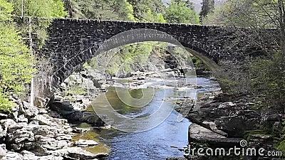 De Schotse die toeristische attractie van Schotland het UK van de Invermoristonbrug door Thomas Telford in 1813 wordt gebouwd de  stock video