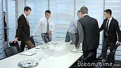 De secretaresse komt in een vergaderzaal
