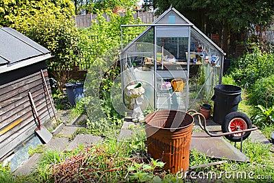 De serre en de loods van de tuin