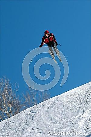 De skiër springt hoog