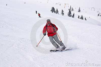 De skiërsmens van Alpen afname tegen liften