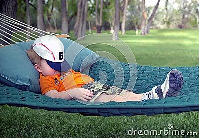 De slaap van de jongen in hangmat