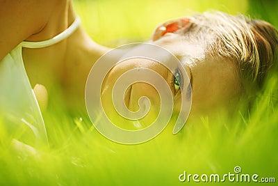 De slaap van de vrouw op gras