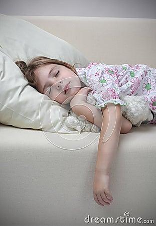 De slaap van het meisje op bank