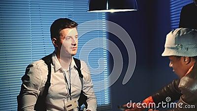 De sluiting van de politiedetective wordt bedreigd met een wapen tijdens het interview stock video